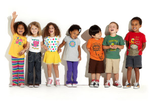 модно одетые дети кривляются