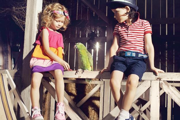 девочка и мальчик в полосатой футболке
