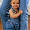 ребенок в джинсах