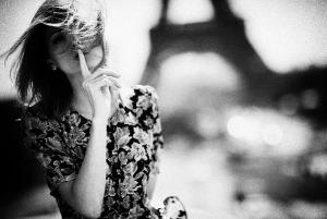 девушка  на ветру в париже