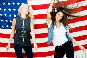 две девушки в американской одежде