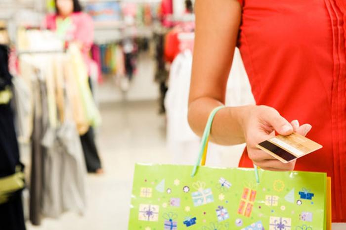 женщина с кредитной картой оплачивает покупки