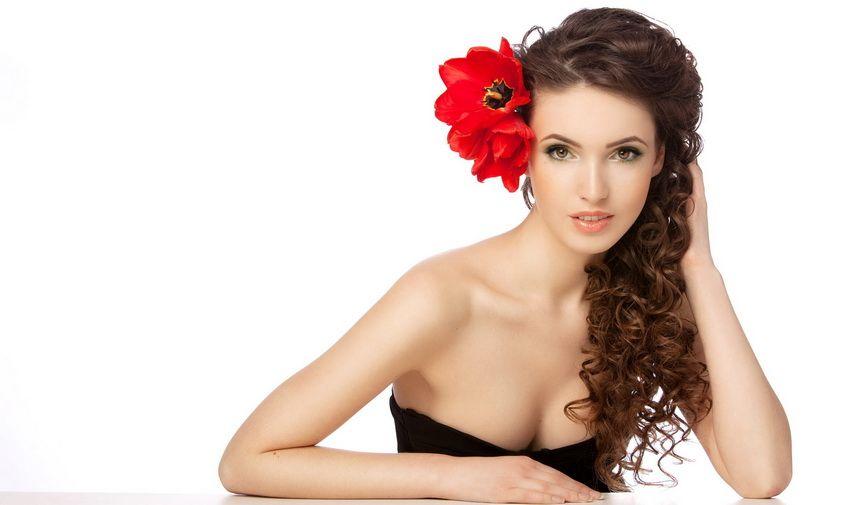 романтичная девушка с красным цветком в волосах