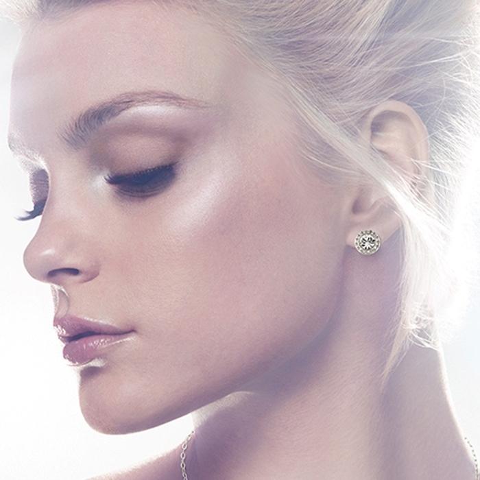 блондинка с бриллиантовым гвоздиком в ухе