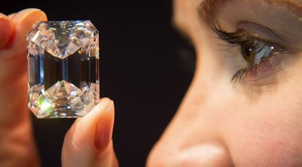 девушка смотрит на бриллиант