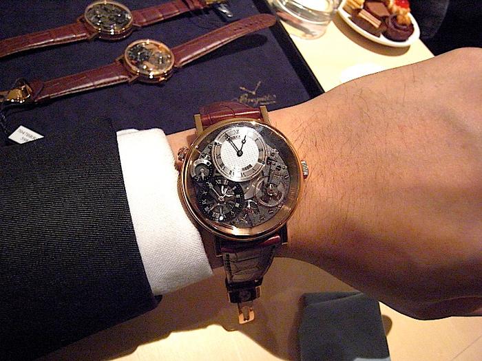 мужские наручные часы Breguet Tradition 7067BR/G1/9W6 на руке