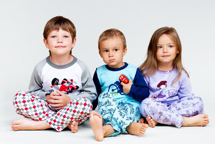 дети в трикотажных пижамах
