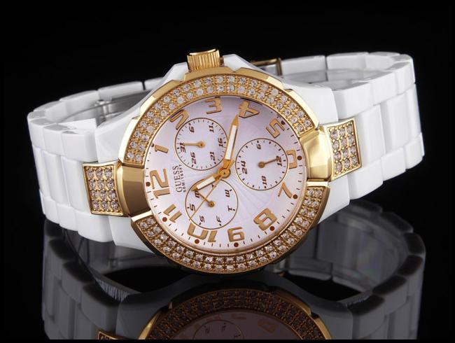 женские наручные часы бренда Guess