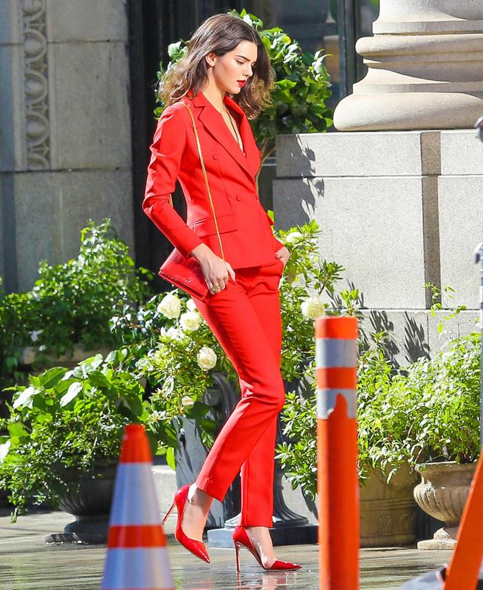 итальянка в красном костюме