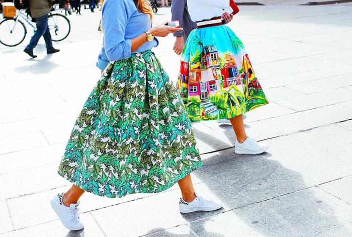 яркие юбки с белыми кроссовками