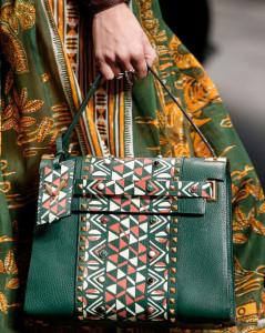 кожаная зеленая сумка с геометрическим узором